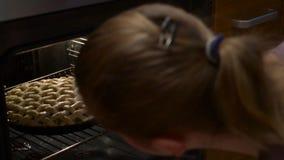 Πίτα της Apple που ψήνει τον ανοικτό έλεγχο φούρνων εάν η έτοιμη στενή διαδικασία κοιτάζει φιλμ μικρού μήκους