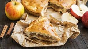 Πίτα της Apple που ψήνεται πρόσφατα με τα μήλα και την κανέλα Στοκ Εικόνες