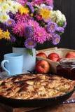 Πίτα της Apple που ψήνεται στο σπίτι Στοκ φωτογραφία με δικαίωμα ελεύθερης χρήσης