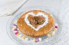 Πίτα της Apple που ψεκάζεται με την κονιοποιημένες ζάχαρη και την κανέλα Στοκ φωτογραφία με δικαίωμα ελεύθερης χρήσης