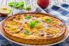 Πίτα της Apple που ψεκάζεται με τη ζάχαρη τήξης που διακοσμείται με τα φύλλα μεντών Στοκ φωτογραφία με δικαίωμα ελεύθερης χρήσης