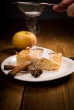 Πίτα της Apple σε έναν ξύλινο πίνακα Στοκ Φωτογραφία