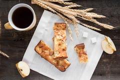 Πίτα της Apple σε έναν ξύλινο πίνακα Στοκ Εικόνες