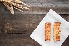 Πίτα της Apple σε έναν ξύλινο πίνακα Στοκ εικόνα με δικαίωμα ελεύθερης χρήσης