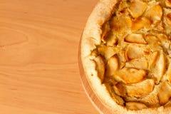 Πίτα της Apple σε έναν τεμαχίζοντας πίνακα Στοκ Εικόνα