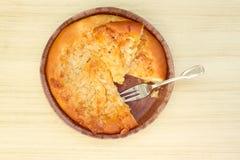 Πίτα της Apple σε ένα καφετί αγροτικό ξύλινο υπόβαθρο Στοκ Φωτογραφίες