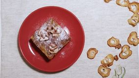 Πίτα της Apple σε ένα κόκκινο πιάτο που εξυπηρετείται με το φλυτζάνι καφέ απόθεμα βίντεο