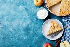 Πίτα της Apple σε ένα μπλε υπόβαθρο Τοπ όψη διάστημα αντιγράφων Στοκ Φωτογραφίες