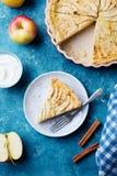 Πίτα της Apple σε ένα μπλε υπόβαθρο Τοπ όψη Στοκ φωτογραφίες με δικαίωμα ελεύθερης χρήσης