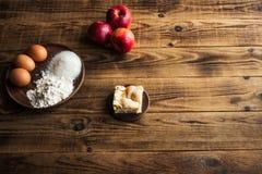 Πίτα της Apple σε ένα ξύλινο υπόβαθρο Στοκ φωτογραφίες με δικαίωμα ελεύθερης χρήσης