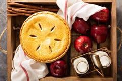 Πίτα της Apple σε ένα ξύλινο κλουβί Στοκ Εικόνα