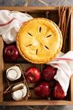 Πίτα της Apple σε ένα ξύλινο κλουβί Στοκ εικόνα με δικαίωμα ελεύθερης χρήσης