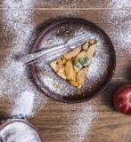 Πίτα της Apple σε ένα ξύλινο υπόβαθρο με τα μήλα Στοκ Εικόνες