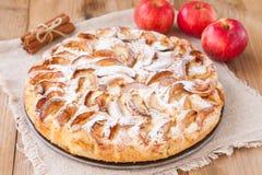 Πίτα της Apple σε ένα ξύλινο υπόβαθρο με την κανέλα Στοκ Εικόνα