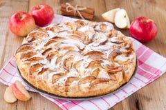 Πίτα της Apple σε ένα ξύλινο υπόβαθρο με την κανέλα Στοκ Εικόνες