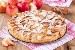 Πίτα της Apple σε ένα ξύλινο υπόβαθρο με την κανέλα Στοκ Φωτογραφία