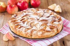 Πίτα της Apple σε ένα ξύλινο υπόβαθρο Στοκ Φωτογραφία