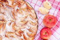 Πίτα της Apple σε ένα ξύλινο υπόβαθρο Στοκ φωτογραφία με δικαίωμα ελεύθερης χρήσης