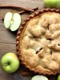Πίτα της Apple σε μια αγροτική ξύλινη επιφάνεια Στοκ Εικόνες