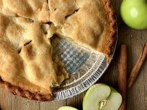Πίτα της Apple σε μια αγροτική ξύλινη επιφάνεια Στοκ φωτογραφίες με δικαίωμα ελεύθερης χρήσης
