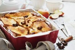 Πίτα της Apple σε μια κεραμική μορφή Στοκ εικόνες με δικαίωμα ελεύθερης χρήσης