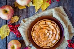 Πίτα της Apple σε μια ξύλινη σύσταση με τα κόκκινα μούρα Στοκ εικόνα με δικαίωμα ελεύθερης χρήσης