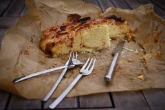 Πίτα της Apple σε χαρτί με το μαχαίρι και το δίκρανο Στοκ Εικόνες