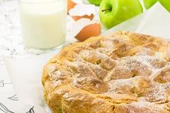 Πίτα της Apple σε χαρτί ψησίματος Στοκ Φωτογραφίες