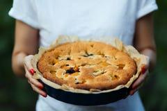 Πίτα της Apple στα χέρια του μάγειρα Στοκ εικόνες με δικαίωμα ελεύθερης χρήσης