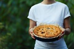 Πίτα της Apple στα χέρια του μάγειρα Στοκ εικόνα με δικαίωμα ελεύθερης χρήσης