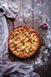 Πίτα της Apple στην εκλεκτής ποιότητας ξύλινη σύσταση υποβάθρου Τοπ όψη Σπιτική πίτα μήλων, μήλα στον ξύλινο πίνακα Αγροτικό ύφος Στοκ Εικόνες