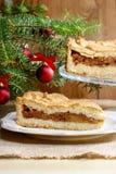 Πίτα της Apple στη ρύθμιση Χριστουγέννων Κέικ στον ξύλινο πίνακα, Στοκ φωτογραφία με δικαίωμα ελεύθερης χρήσης