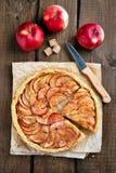 Πίτα της Apple στον αγροτικό πίνακα Στοκ φωτογραφίες με δικαίωμα ελεύθερης χρήσης