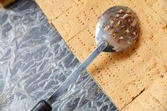 Πίτα της Apple στον κασσίτερο με spatula Στοκ Φωτογραφία