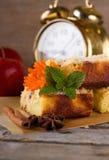 Πίτα της Apple στον ξύλινο πίνακα με το κομμάτι melissa Στοκ φωτογραφία με δικαίωμα ελεύθερης χρήσης