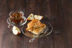 Πίτα της Apple στον ξύλινο πίνακα με το τσάι Στοκ φωτογραφία με δικαίωμα ελεύθερης χρήσης