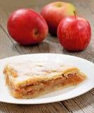 Πίτα της Apple στον ξύλινο πίνακα Στοκ Εικόνα