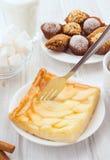 Πίτα της Apple στον πίνακα με το πρόγευμα Στοκ Φωτογραφίες