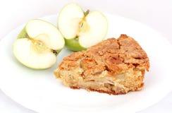 Πίτα της Apple στο άσπρο πιάτο με μισό μήλο Στοκ Εικόνες