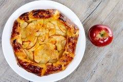 Πίτα της Apple στο άσπρο πιάτο σε έναν πίνακα Στοκ φωτογραφία με δικαίωμα ελεύθερης χρήσης