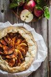 Πίτα της Apple στο αγροτικό ξύλινο υπόβαθρο Στοκ Φωτογραφία