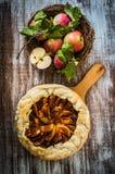 Πίτα της Apple στο αγροτικό ξύλινο υπόβαθρο Στοκ Εικόνες
