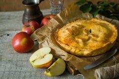 Πίτα της Apple στο αγροτικό ξύλινο υπόβαθρο Στοκ φωτογραφία με δικαίωμα ελεύθερης χρήσης