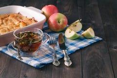 Πίτα της Apple στο αγροτικό ξύλινο υπόβαθρο Στοκ φωτογραφίες με δικαίωμα ελεύθερης χρήσης