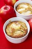 Πίτα της Apple στο κεραμικό κύπελλο Στοκ Φωτογραφίες