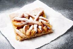 Πίτα της Apple στο μίας χρήσης πιάτο εγγράφου Διπλή πίτα μήλων κρουστών με την κανέλα Στοκ φωτογραφία με δικαίωμα ελεύθερης χρήσης