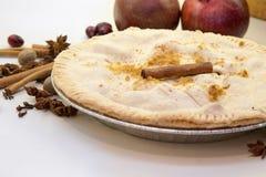 Πίτα της Apple στο μετρητή με ολόκληρα τα καρυκεύματα Στοκ Φωτογραφία