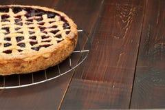 Πίτα της Apple στο ξύλινο υπόβαθρο Στοκ φωτογραφία με δικαίωμα ελεύθερης χρήσης