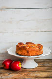 Πίτα της Apple στο ξύλινο υπόβαθρο Στοκ Εικόνες