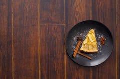 Πίτα της Apple στο πιάτο με τα ραβδιά κανέλας Στοκ Εικόνες